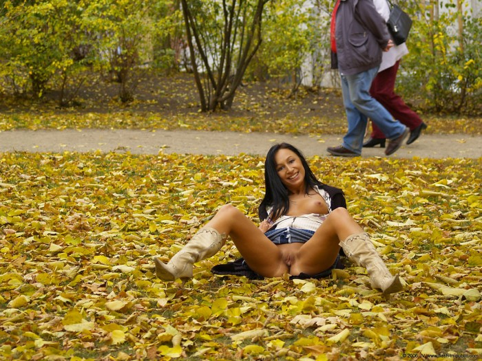 Sexy brunette shows pussy outdoors.jpg