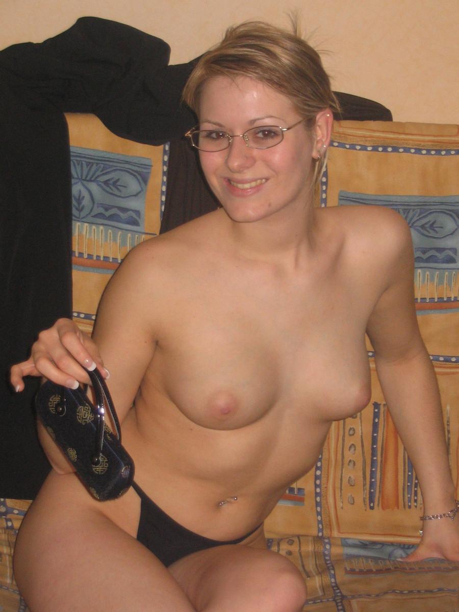 Симпатичная блондинка с обнаженной грудью