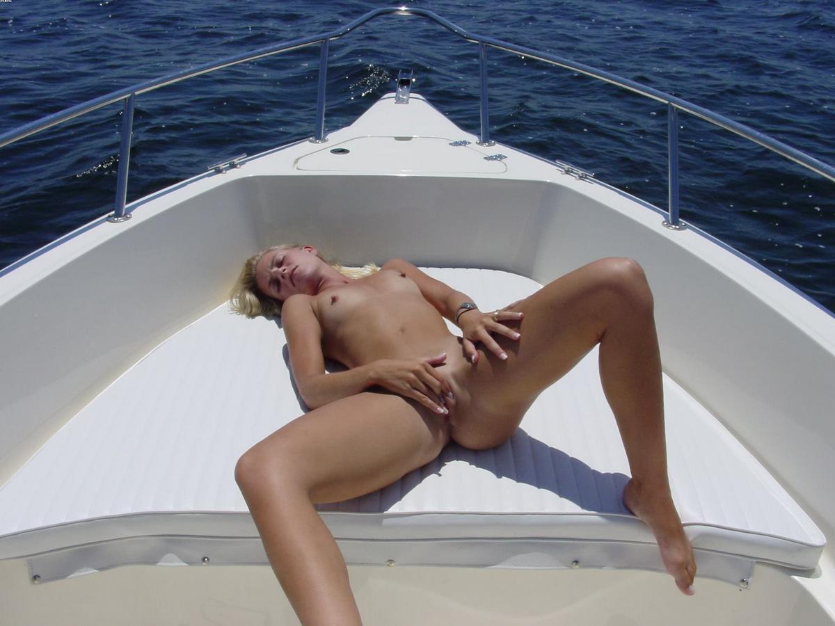 Сексуальная милфа на яхте с подругой