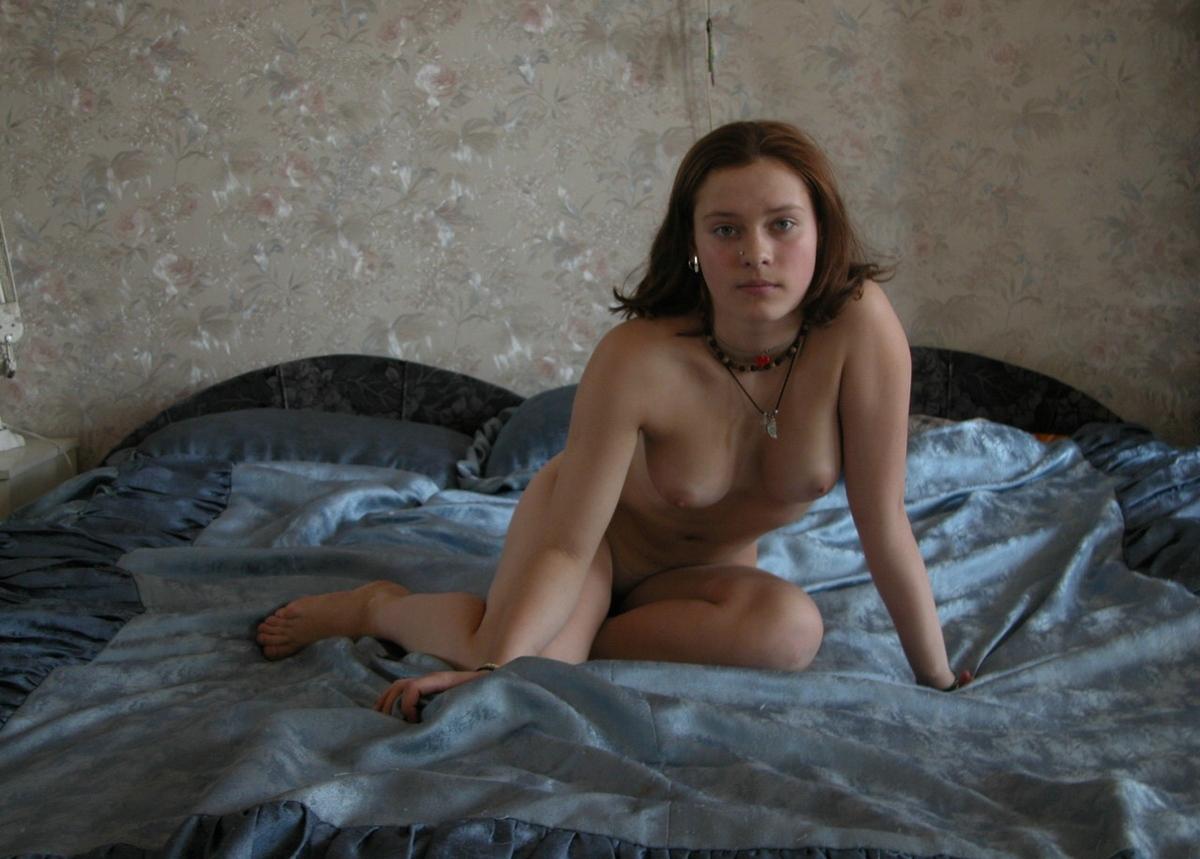 Голая Рита в кресле, на кровати, у столба и в ванной