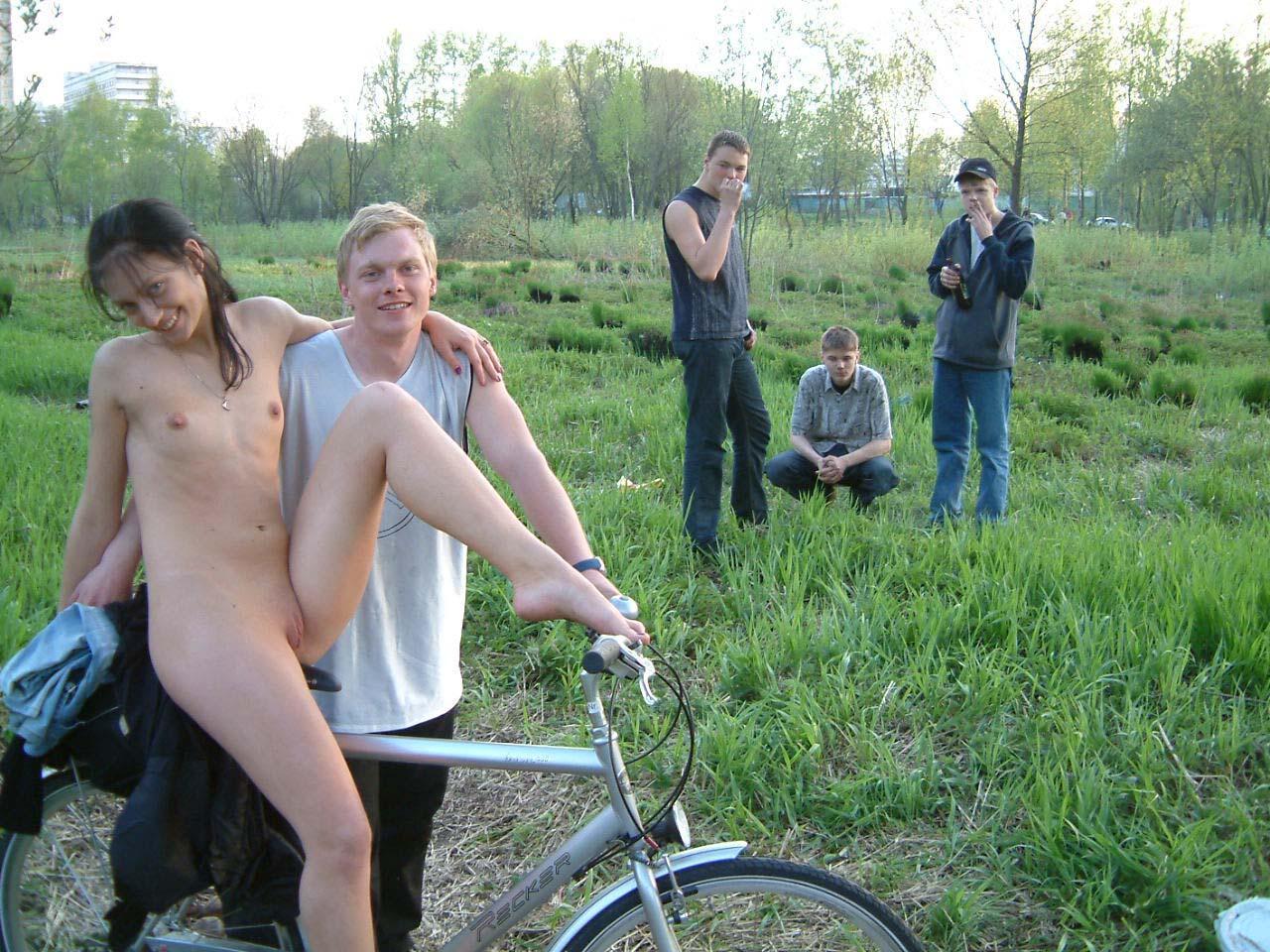 голые девушки фоткаются с парнями - 10