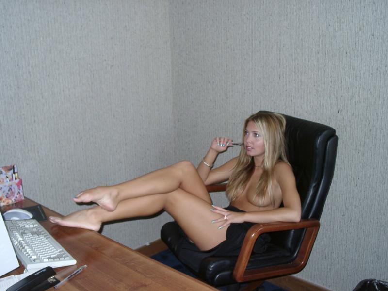 foto-devushek-golie-sekretari