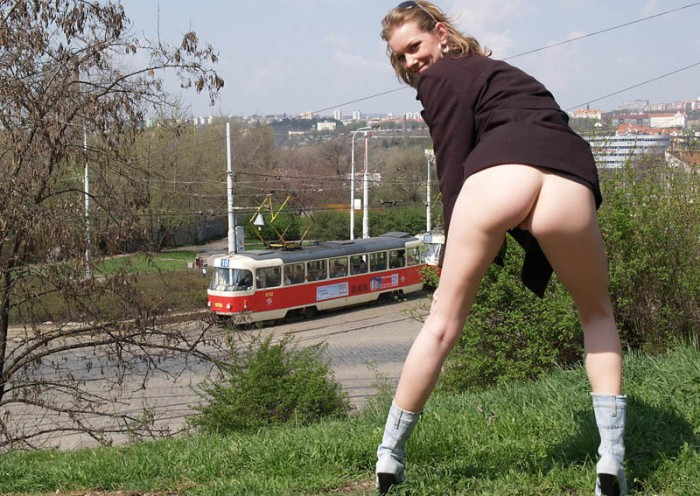 Девушка ходит голая по улице