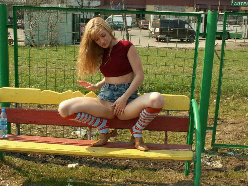 Девушка сидит на улице без трусов