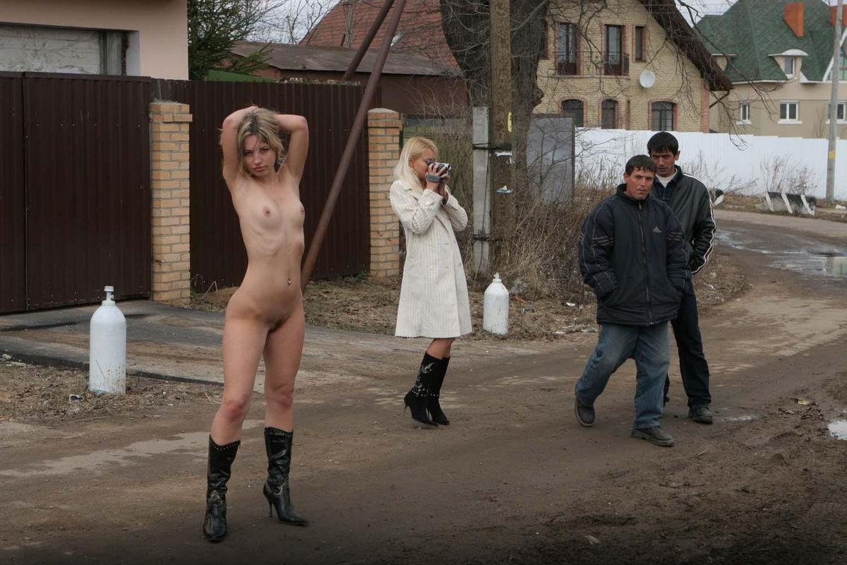 Юноши раздевают девушек 18 фотография