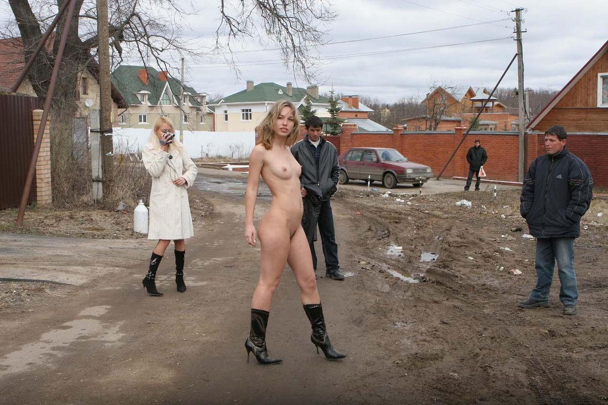 Голая девушка ходит по улице зимой