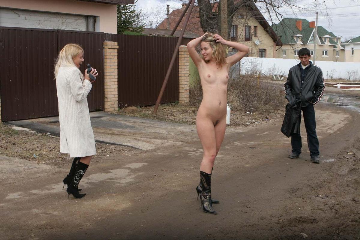 Фото раздевающихся перед мальчишками, Русая девушка разделась догола. Фото эротика 23 фотография