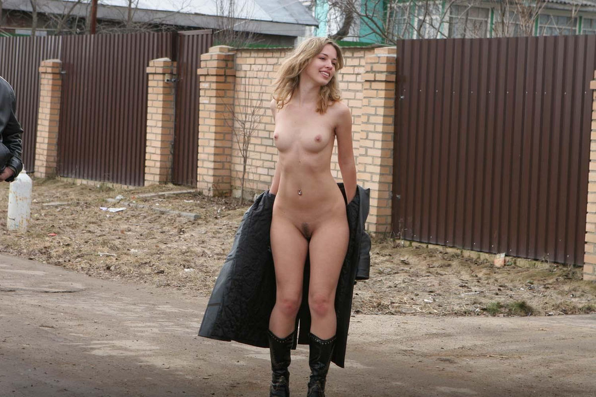 Amazing Sporty Girl Walks Totally Naked On Public Streets  Russian -3724