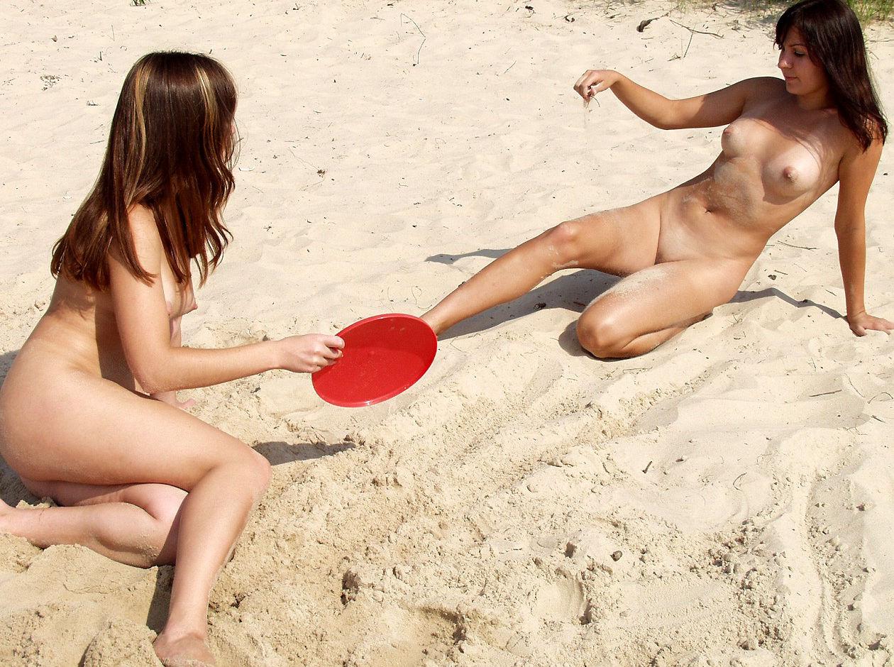 To Teen nøgne piger spil Frisbee på stranden Russisk-7671