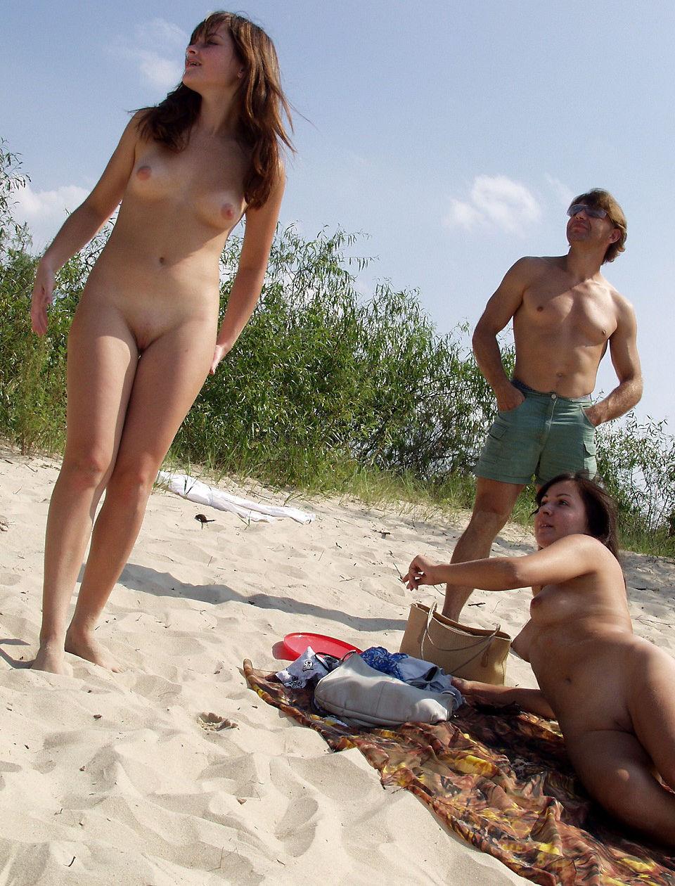 To Teen nøgne piger spil Frisbee på stranden Russisk-8630