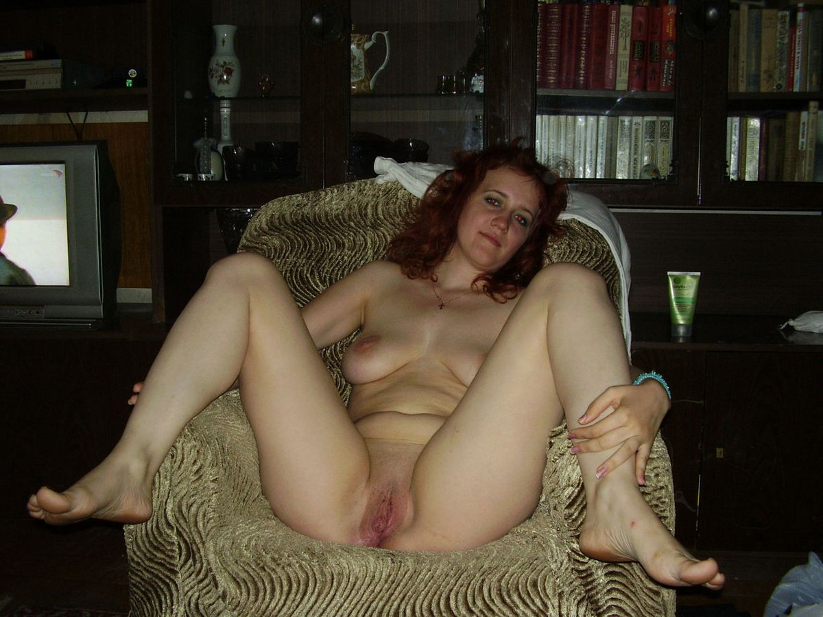 Mature is showing her big cunt