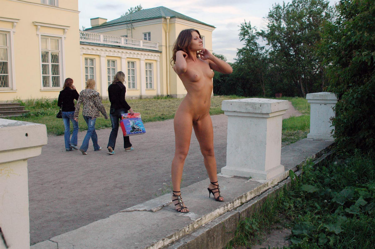 Lovely Russian Girl With Nice Tits Posing Naked At Public -4614