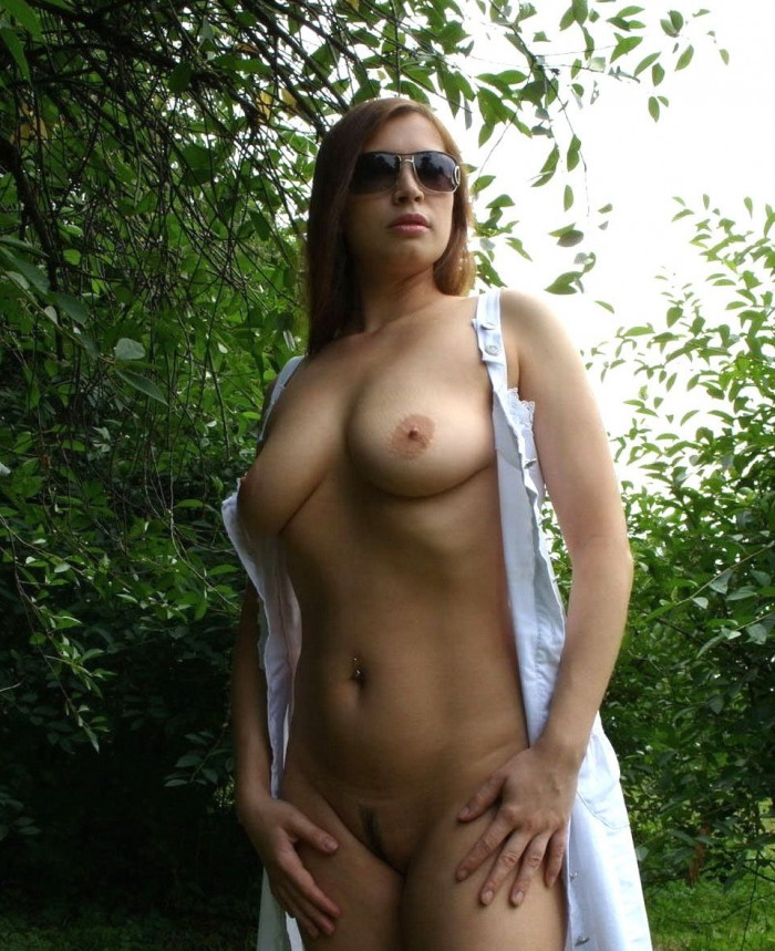 Amateur girl with nice body outdoors.jpg