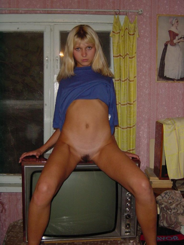 Russia sporty girl shows ass in doggy-style