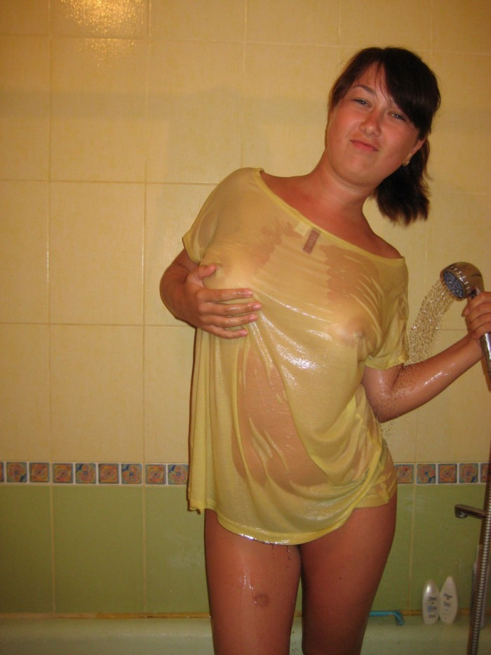 Four Amateur Teen Girls Posing In Wet T-Shirts At Bath -2126