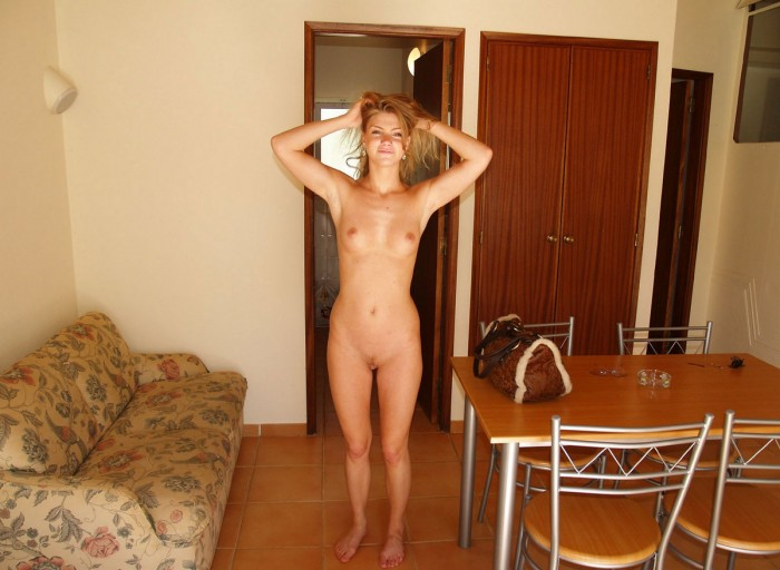 Sporty russian blonde posing naked at home — Russian Sexy Girls