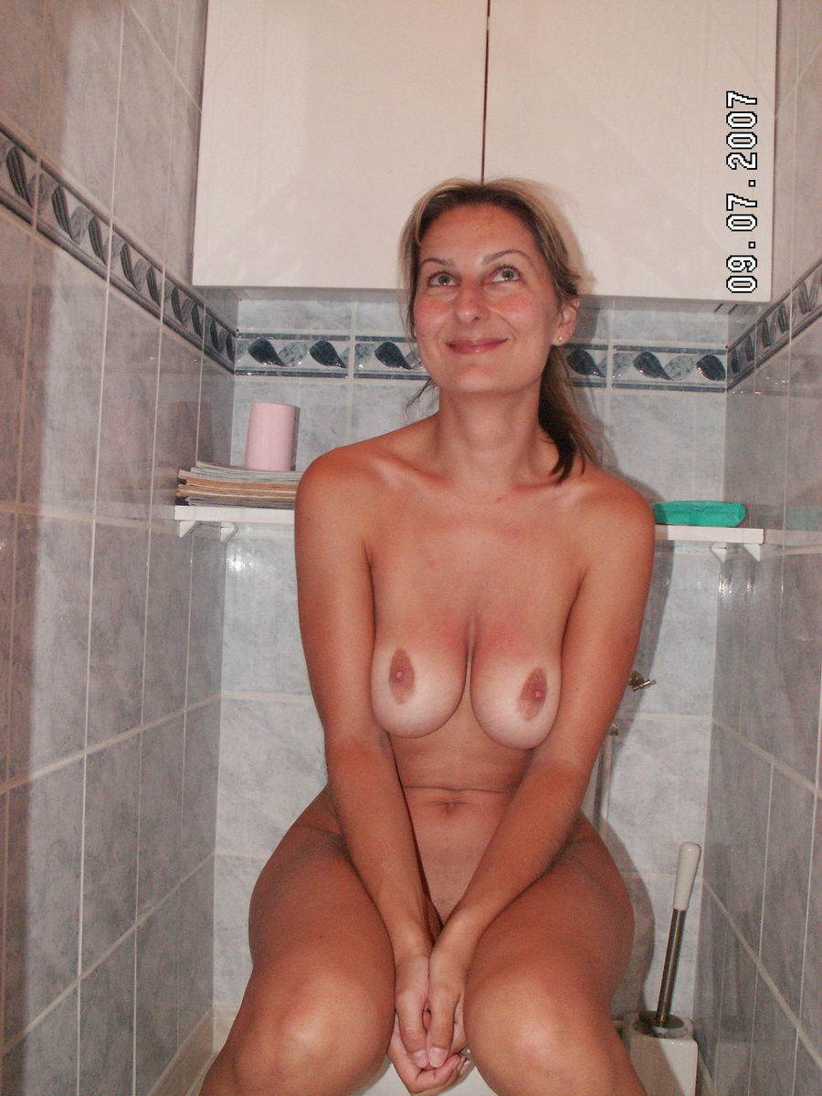 girls on the toilet nude