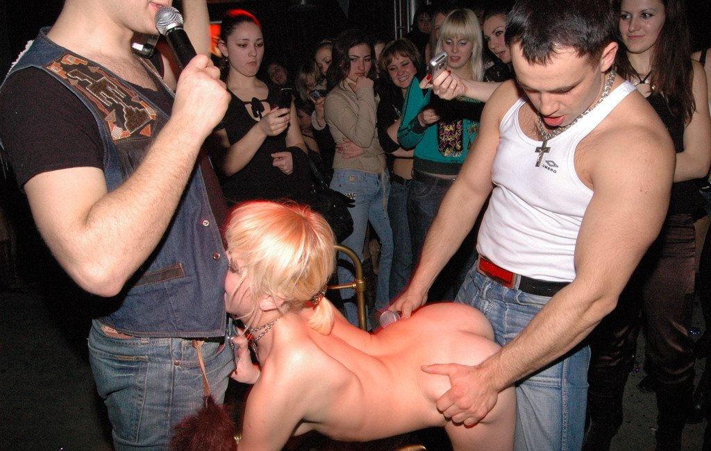 в клубе голые девушки фото