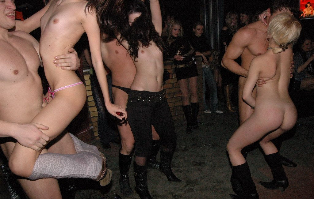 striptiz-russkoy-studentki-bistro-konchaet-porno