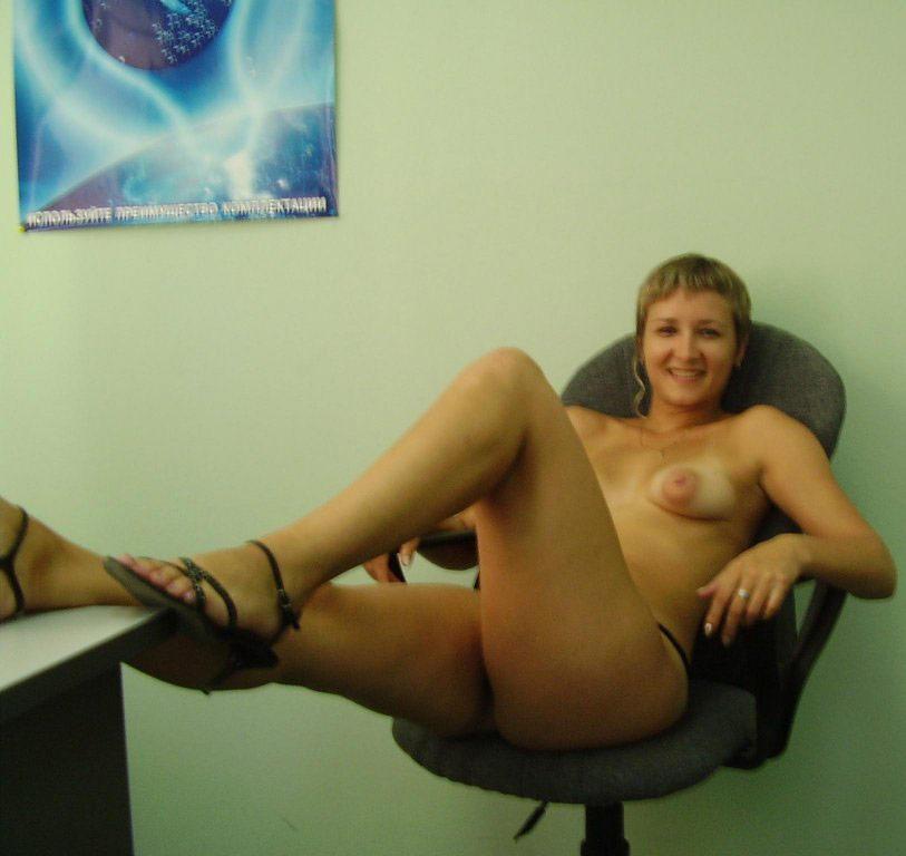 частное фото ню в офисе