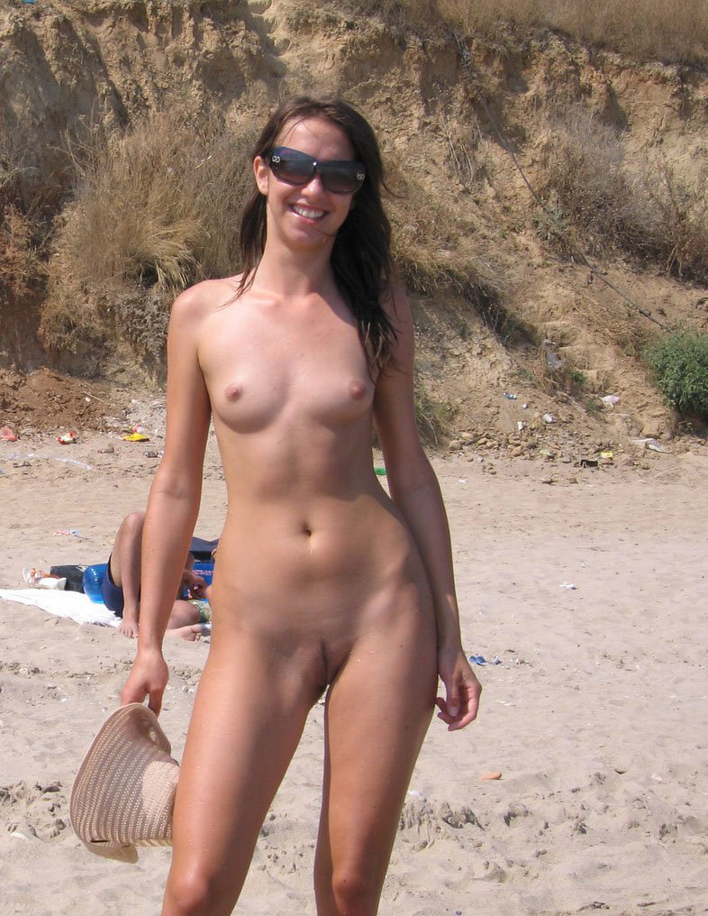 Sexy Brunette With Nice Body Posing On Nudist Beach -4892