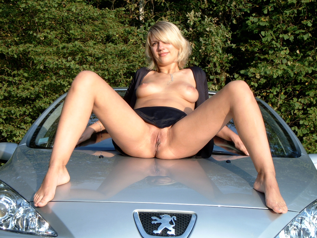 голые фото пизды возле машины