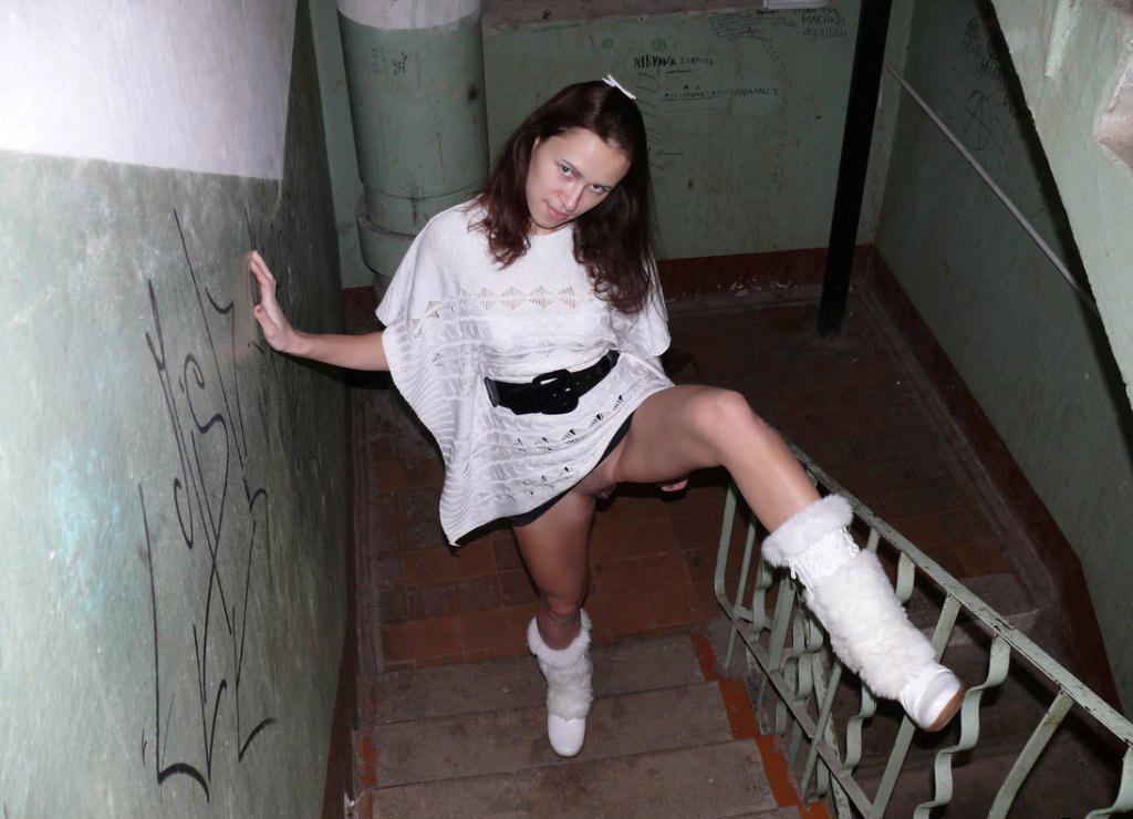 Нее прыгают девушку в подъезде видео влагалища порно