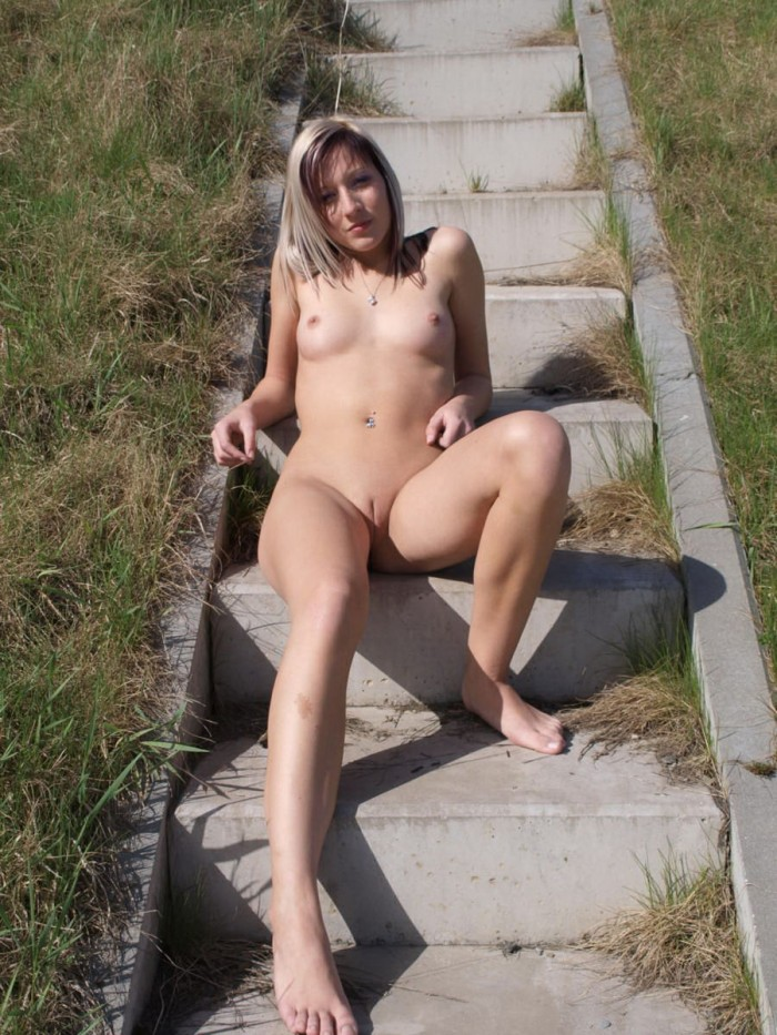Lovely Sporty Teen Girl Posing Totally Naked Outdoors -6411