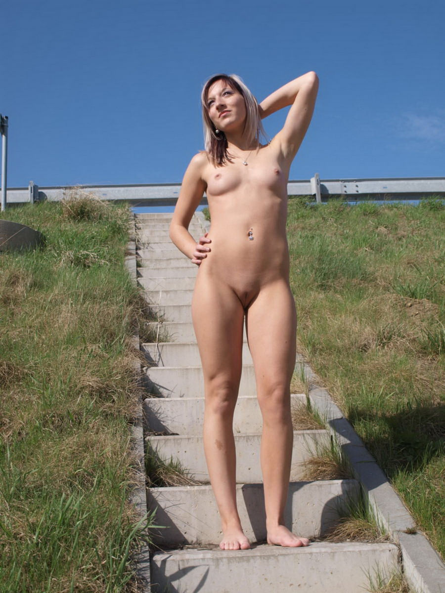 Lovely Sporty Teen Girl Posing Totally Naked Outdoors -4898