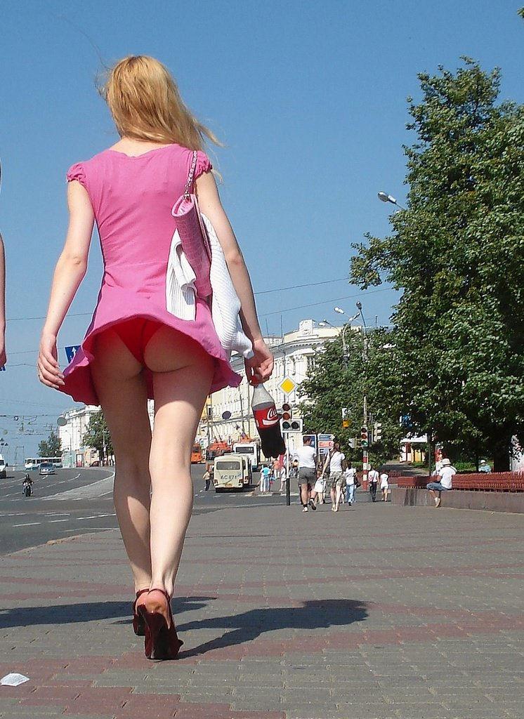 Под юбкой фото  голые девушки и женщины без трусов