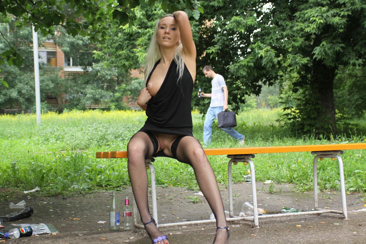 foto-v-yubke-razdvinula-nogi
