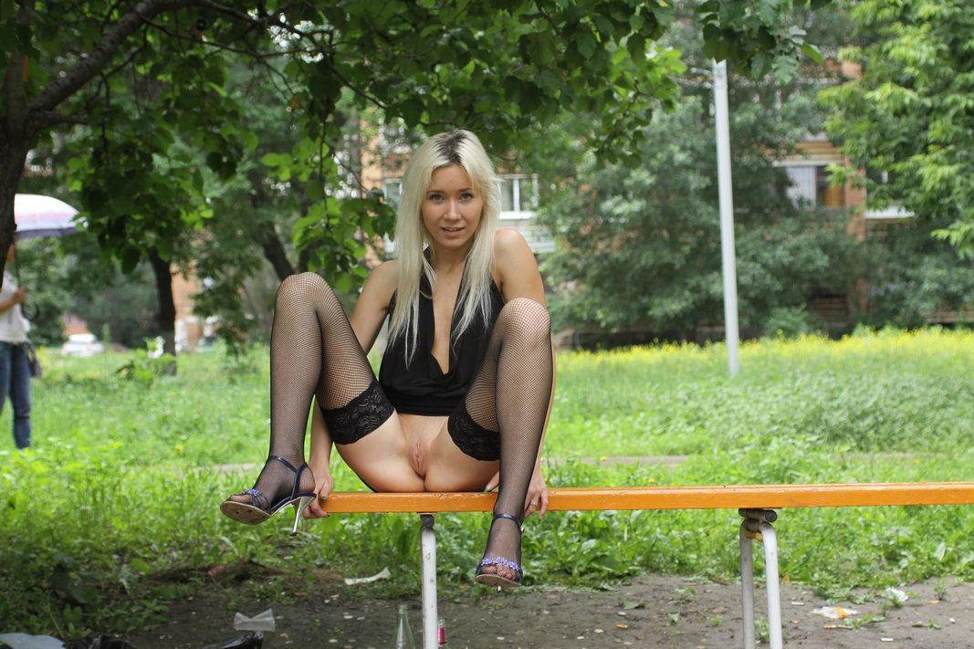 блондинка в плаще мастурбирует в парке русское