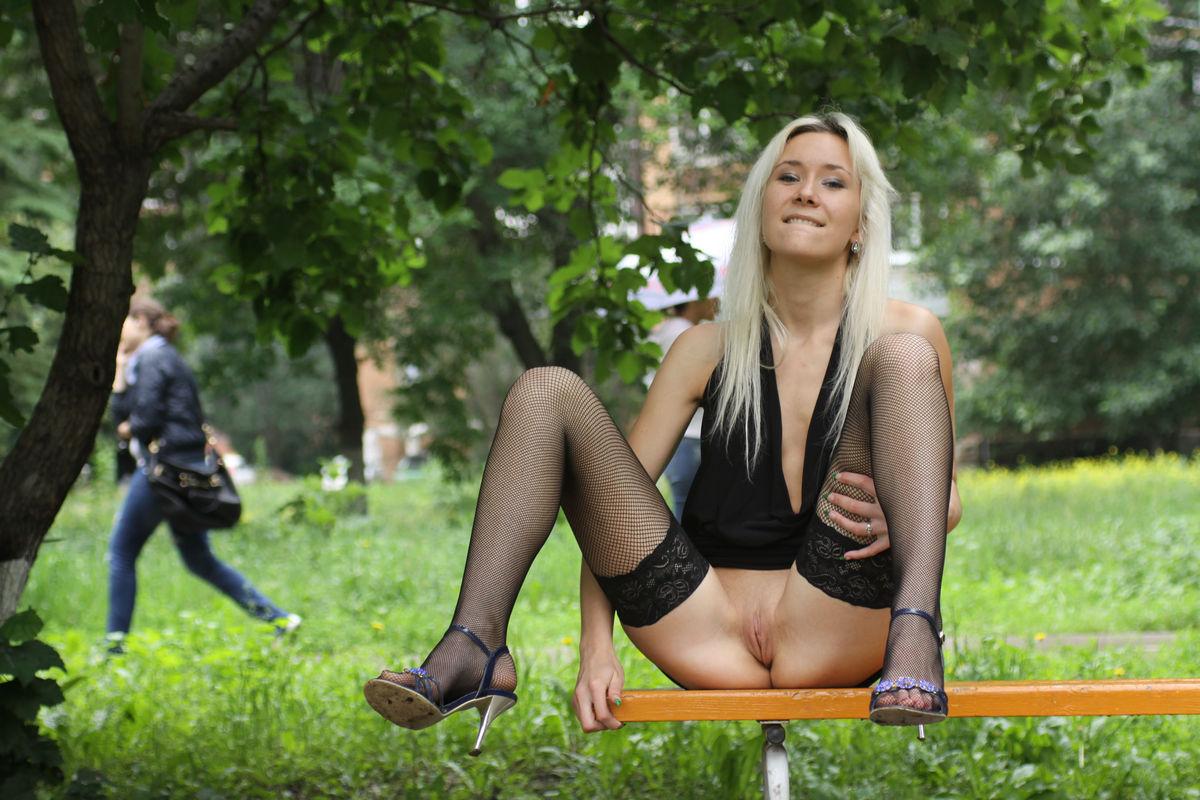 На скамейке без трусов — img 15