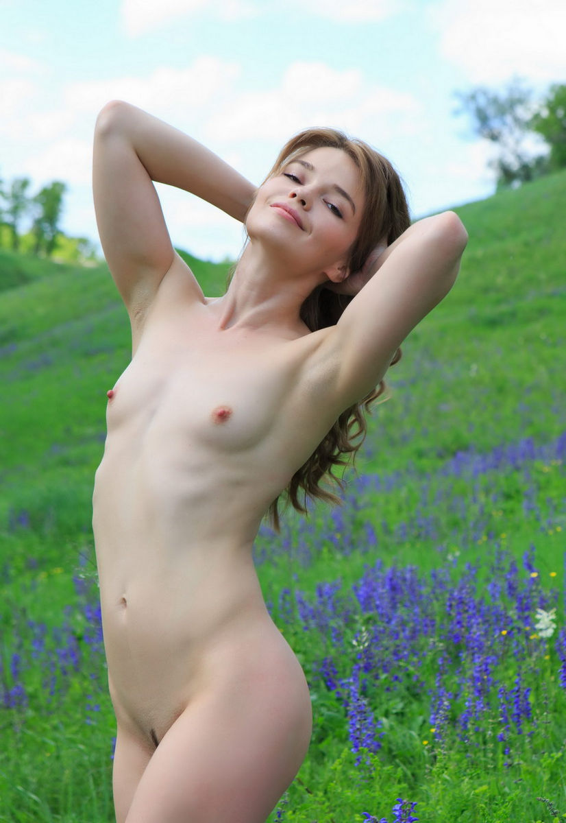 Lovely Girl With Small Tits At Beautiful Fields  Russian -9916
