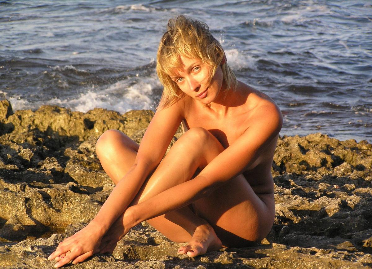 short women pose nude