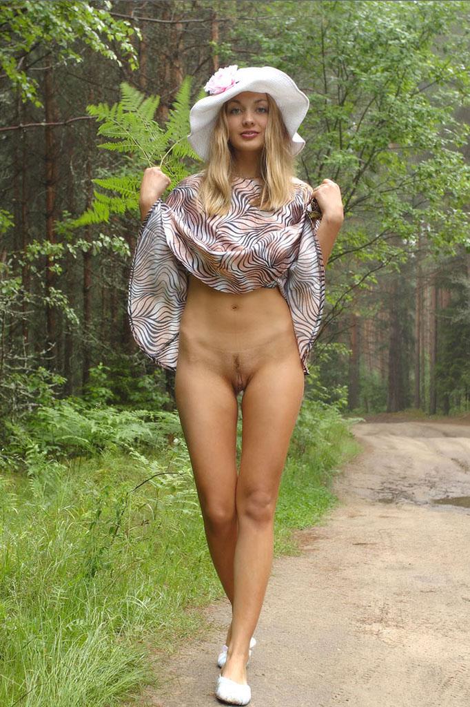 blondinka-bez-trusikov