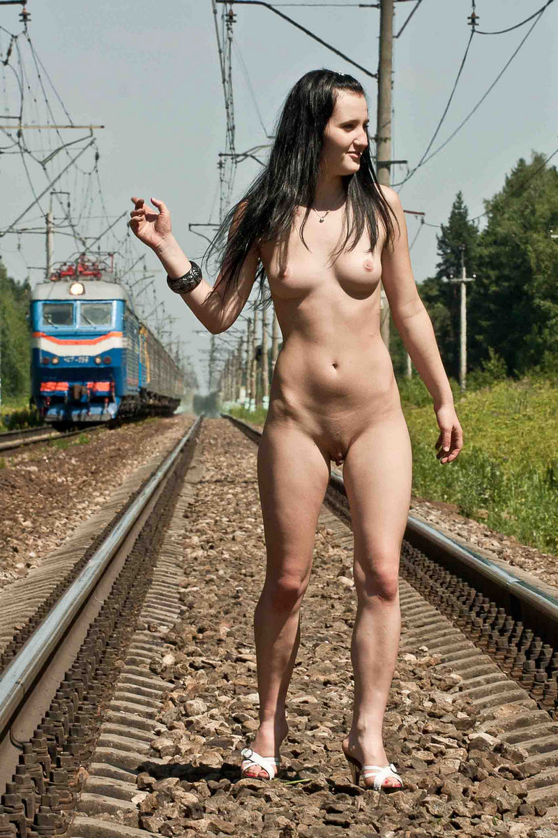nude girls on train photos