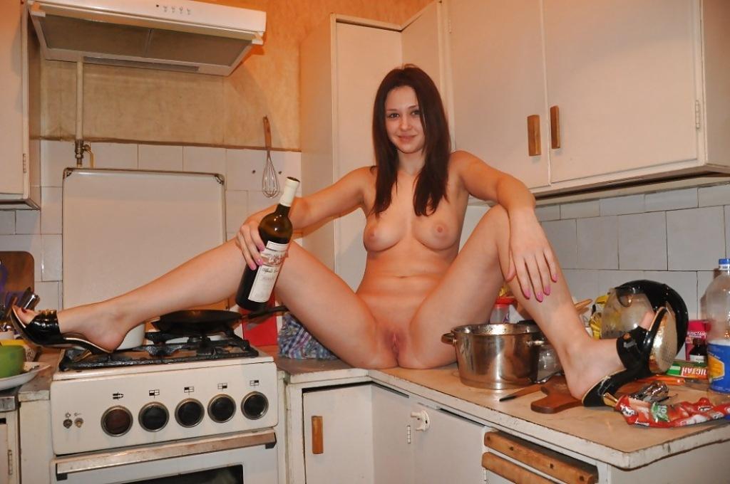 свою голая полная девушка сидит на кухне члена анале парея