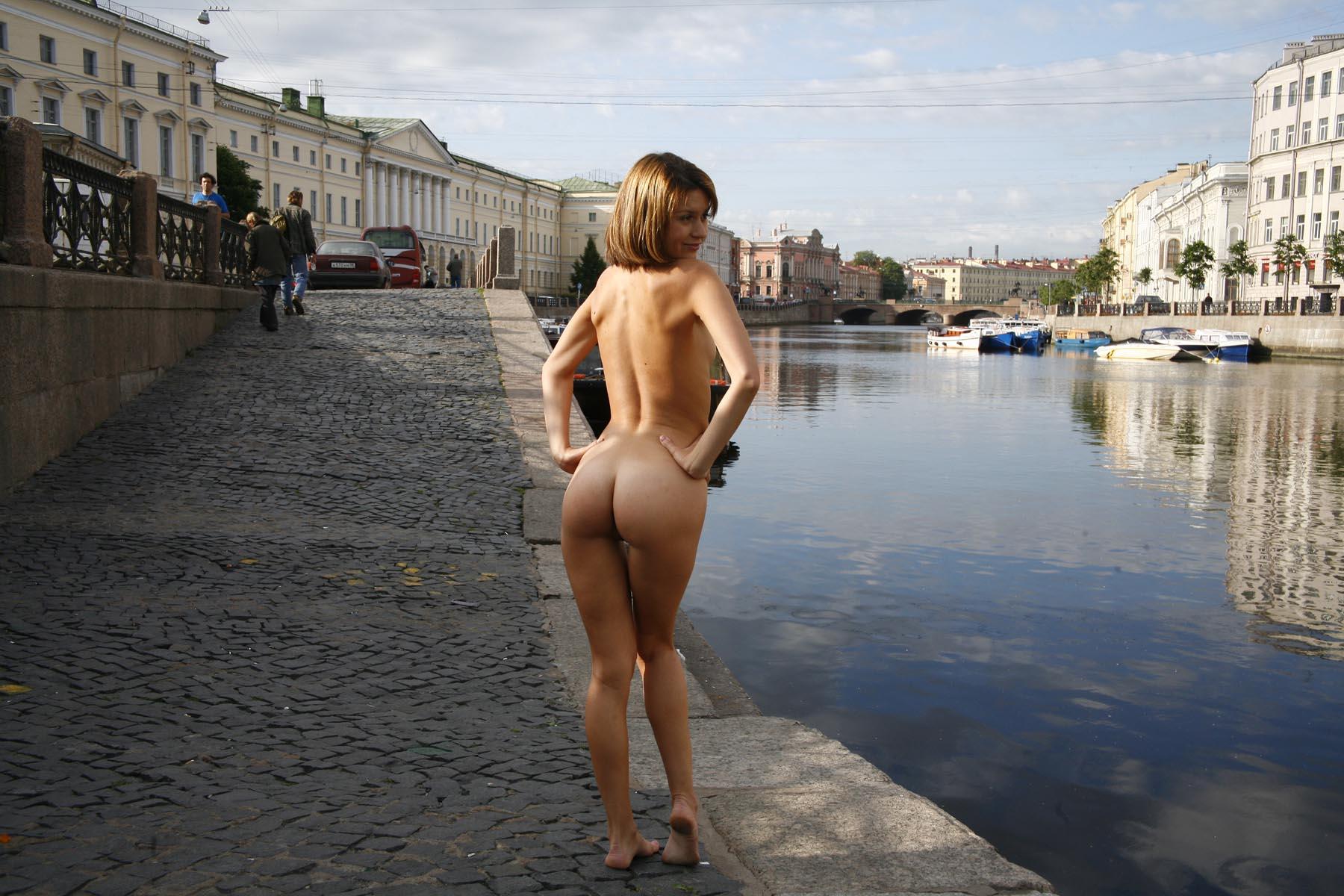 Эксгибиционист показывает член девушке на улице 4 фотография