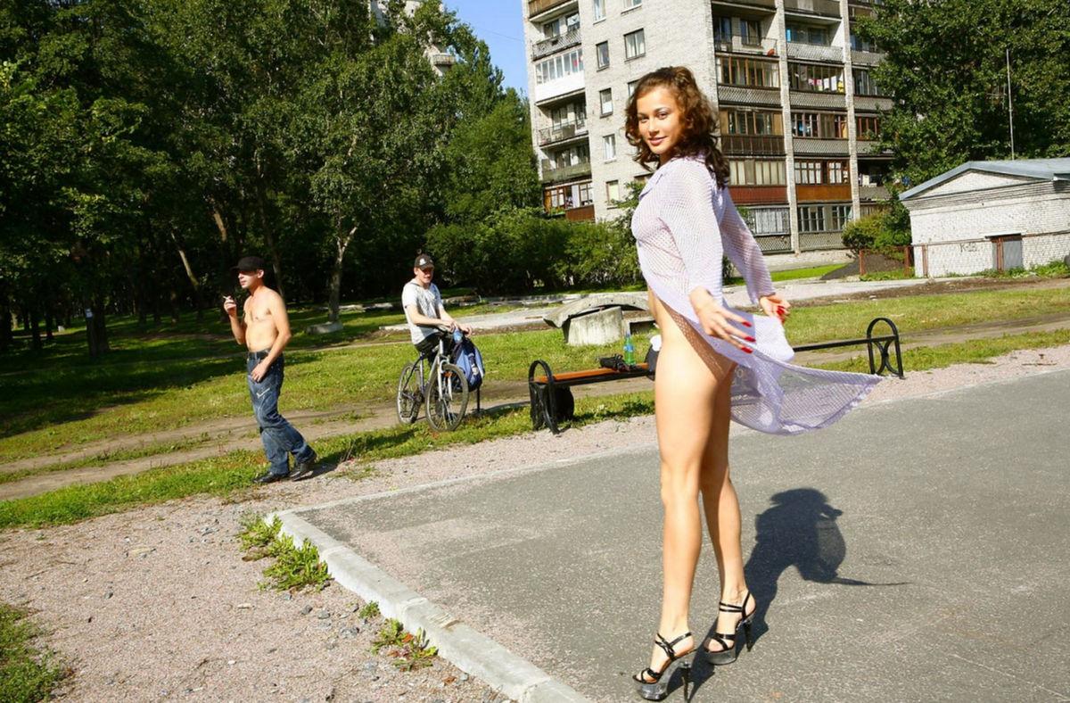 Распутная девушка на улице 8 фотография