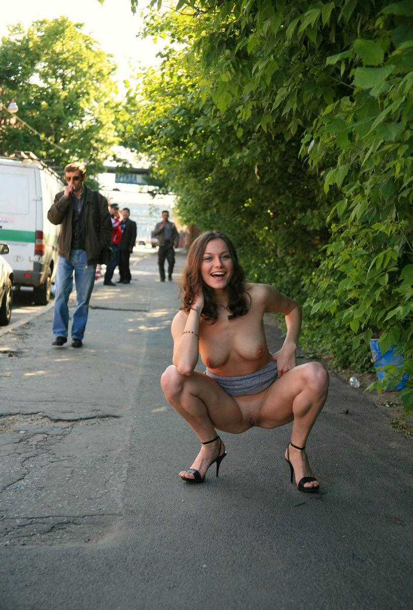 Фото русских голых девушек на публике и автомобилях фото 200-492