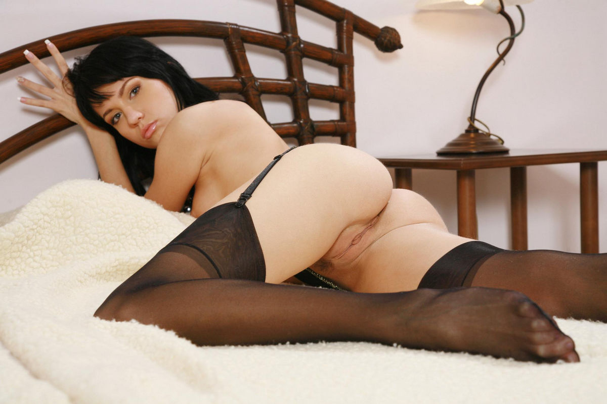 intertet sexy bed brunette on