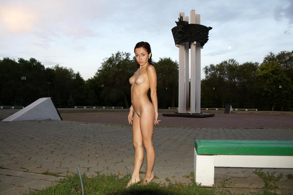 baba-konchaet-golaya-devushka-v-orenburge-foto