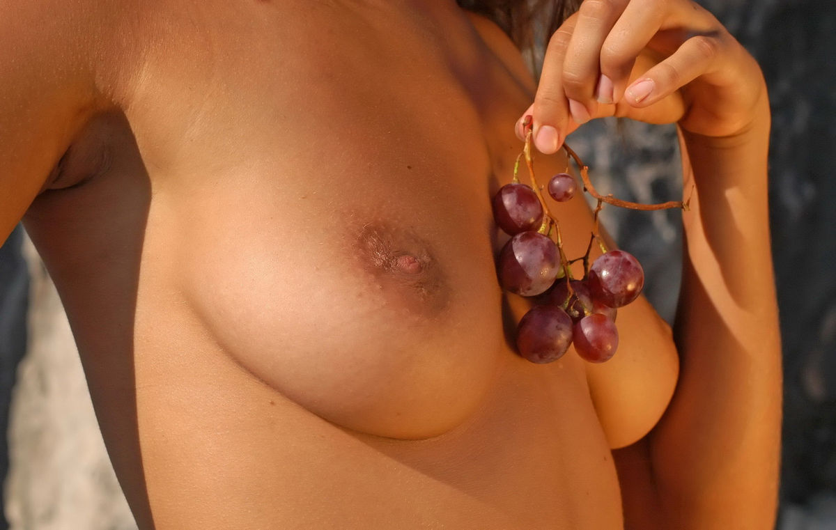 Naked Girl With Big Boobs Eating Grapes  Russian Sexy Girls-3240