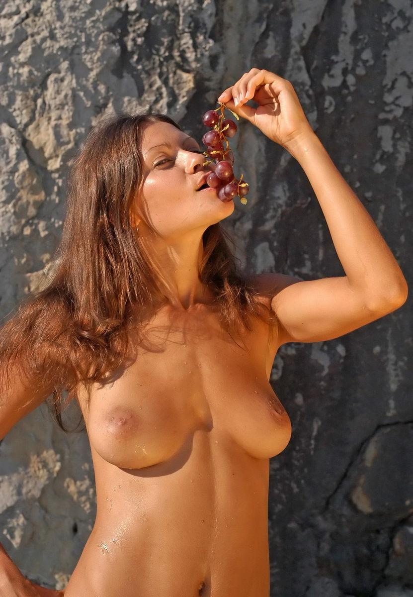 Naked Girl With Big Boobs Eating Grapes  Russian Sexy Girls-3617
