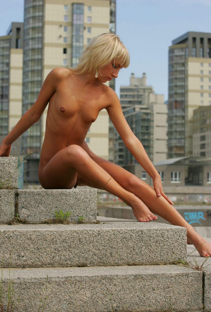 suicide girl rock naked