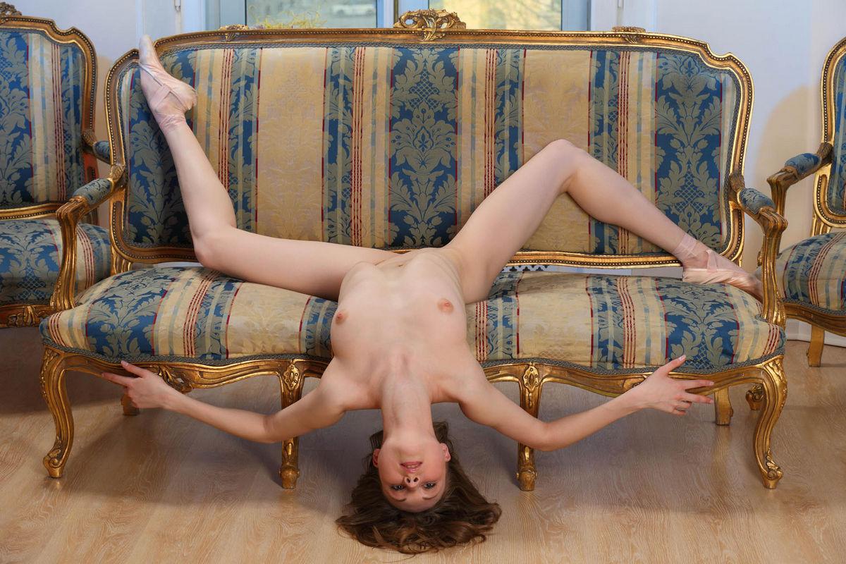 Фото голая гимнастка на диване 16 фотография