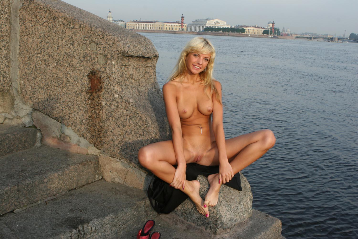 Hot Blonde With Nice Boobs Flashes Her Goods At City -3491