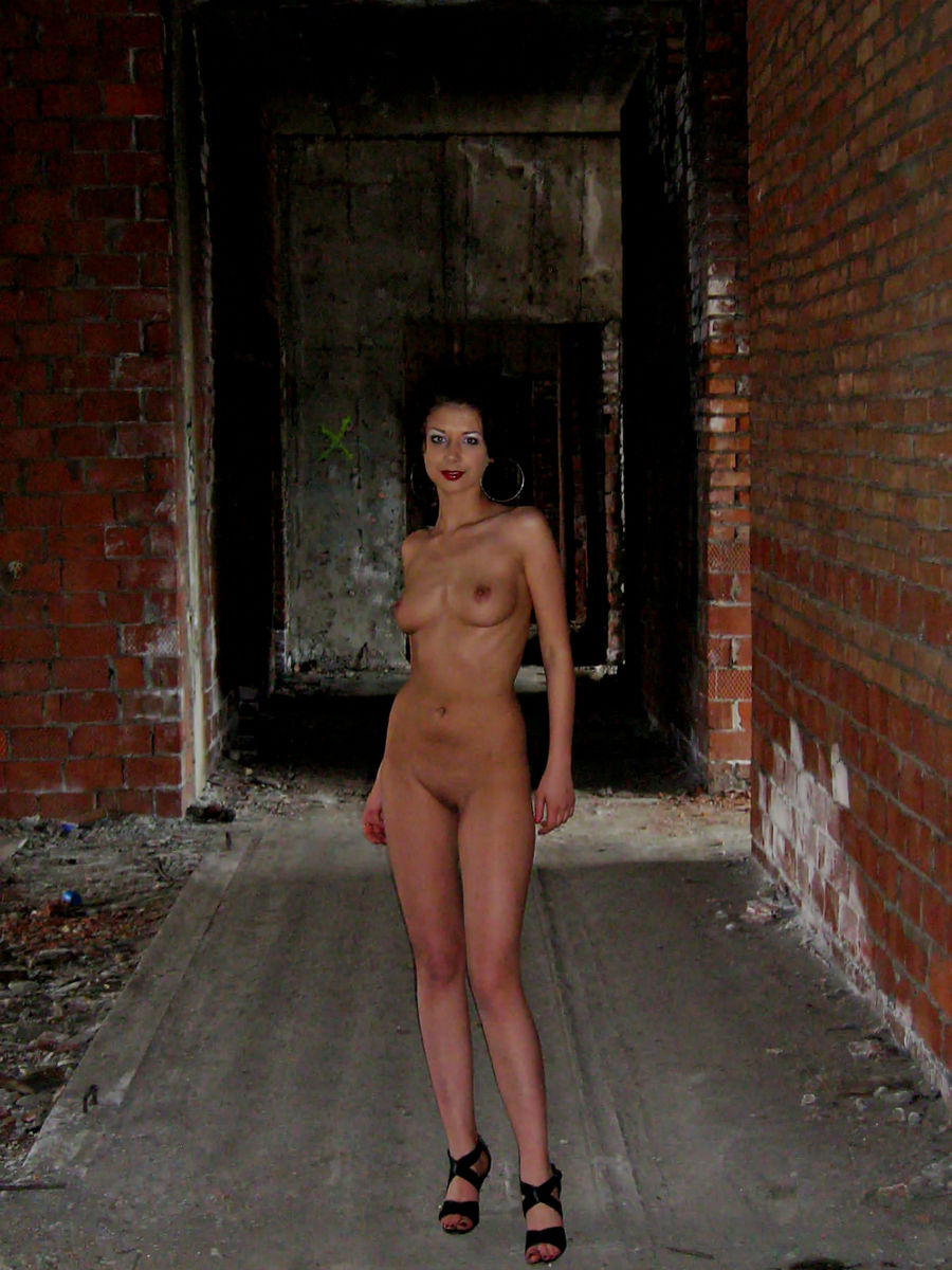 naked girl building body
