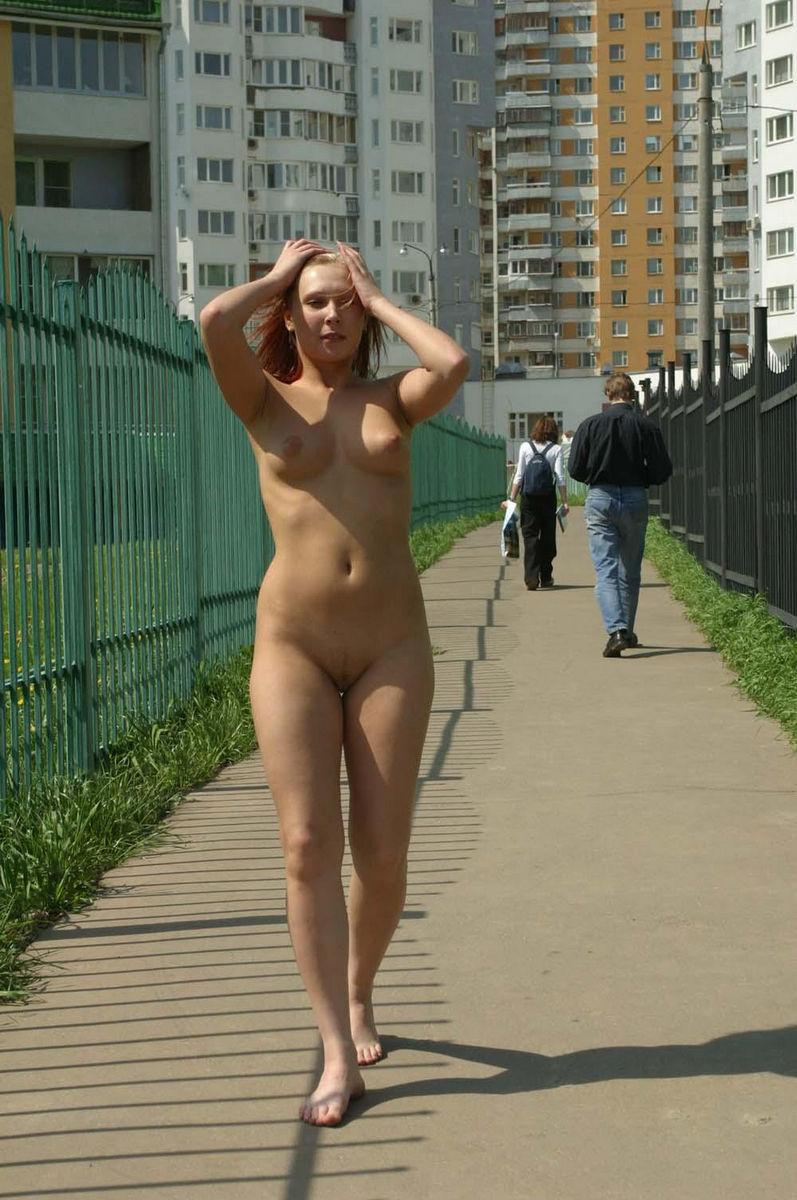 жена стоит голенькая на улице фото уходят никуда
